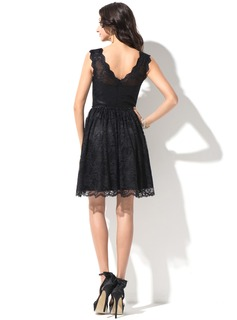 A-Line/Princess V-neck Knee-Length Lace Homecoming Dress With Beading Sequins