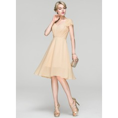 A-Line/Princess V-neck Knee-Length Chiffon Cocktail Dress With Ruffle Lace