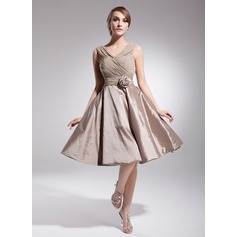 A-Line/Princess V-neck Knee-Length Chiffon Taffeta Homecoming Dress With Ruffle Flower(s)